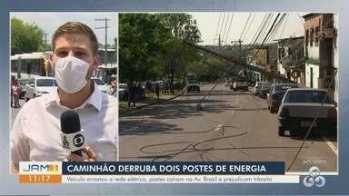 Caminhão derruba dois postes de energia em Manaus - Veículo arrastou a rede elétrica, postes caíram na Avenida Brasil e prejudicaram trânsito.