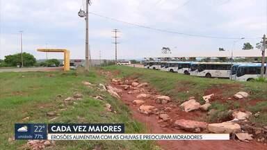 Erosões aumentam com as chuvas - Moradores estão preocupados com os imensos buracos na Estrada Parque Vicente Pires; em Samambaia, perto do terminal de ônibus, e em Sobradinho.