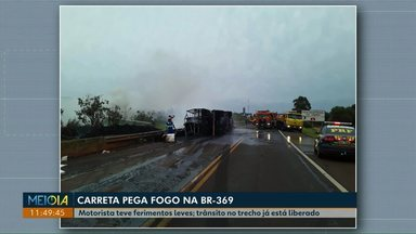Carreta tomba e pega fogo na BR-369, em Corbélia - A pista ficou interditada por algumas horas.