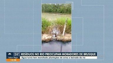 Moradores de Brusque estão preocupados com água turva e resíduos no rio - Moradores de Brusque estão preocupados com água turva e resíduos no rio