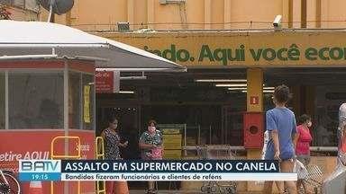 Polícia investiga roubo onde funcionários e clientes de supermercado foram feitos reféns - O crime aconteceu no bairro do Canela, na manhã desta segunda-feira (26).
