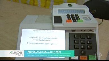Justiça Eleitoral começa a preparar as urnas eletrônicas - Primeiro turno das eleições é no dia 15 de novembro.