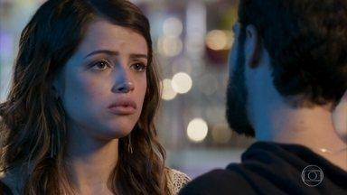 Camila pede para Giovanni não falar sobre seu passado - Os dois se divertem em um parque de diversões