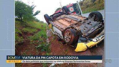 Viatura da Polícia Militar capota em rodovia - Os dois policiais que estavam na viatura tiveram ferimentos leves.