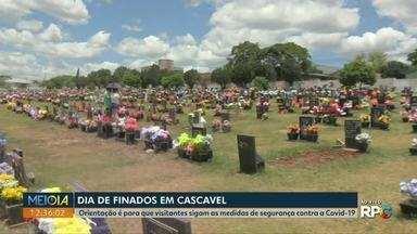 Movimento nos cemitérios de Cascavel é grande no feriado de Finados - No Cemitério Central da cidade, as celebrações religiosas estão sendo realizadas com algumas restrições.