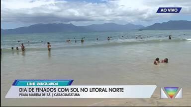 Sol aparece no último dia do feriadão - Turistas aproveitam as praias do litoral.