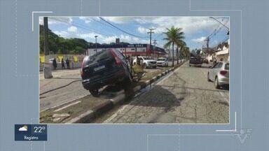 Acidente entre carros causa derramamento de óleo em rua de Guarujá - Colisão ocorreu na manhã desta segunda-feira, na Avenida dos Caiçaras.