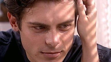 Fred consola Clara - Clara planeja passar uns tempos com o pai, em Salvador