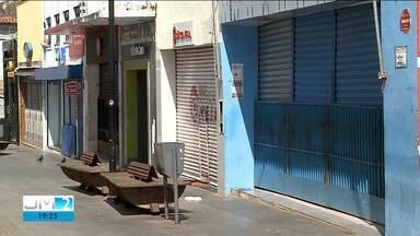 Baixa movimentação de consumidores é registrada no comércio durante o feriado na capital - As lojas foram autorizadas a funcionar, entretanto, muitas optaram por manter as portas fechadas.
