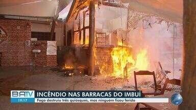 Incêndio atinge quiosques no bairro do Imbuí, em Salvador - Caso ocorreu nesta segunda-feira (2). Equipes do Corpo de Bombeiros controlaram as chamas e não houve feridos