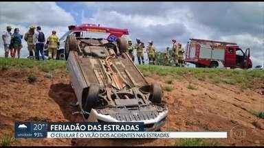 O dia de feriado foi de acidentes de trânsito em várias partes do DF - Na BR 020, um motorista perdeu o controle do carro e capotou. Uma senhora de 75 anos ficou ferida e foi levada para o Hospital de Sobradinho.