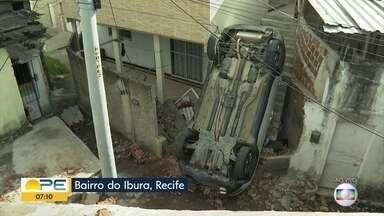 Carro capota na BR-101 e cai sobre casa na Zona Sul do Recife - Veículo permenencia no local nesta terça-feira (3).