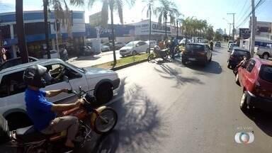 Batida entre carro e moto deixa o trânsito lento na Avenida Castelo Branco, em Goiânia - Motociclista ficou ferido.