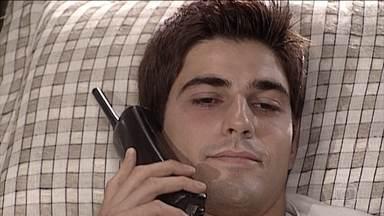 Edu e Helena conversam por telefone - Estela pergunta a Edu, mas ele nega estar apaixonado por Camila
