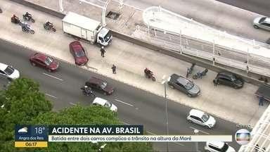 Acidente entre dois carros complica trânsito na Avenida Brasil - Batida aconteceu na pista central, sentido Centro do Rio, na altura da Maré