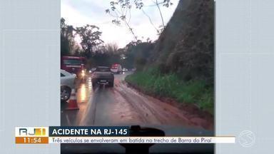 Acidente entre carros deixa ferido na RJ-145, em Barra do Piraí - Homem de 32 anos foi encaminhado à Santa Casa, diz Corpo de Bombeiros.
