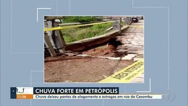 Chuva deixa pontos de alagamento e estragos em rua do Caxambu, em Petrópolis, no RJ - A Defesa Civil está trabalhando no laudo e avaliando os danos causados na zona rural do município.