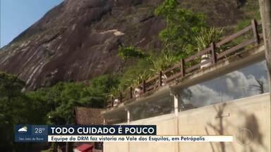 Equipe do DRM faz vistoria no Vale dos Esquilos, em Petrópolis, no RJ - Já são 15 dias desde o desplacamento que deixou 21 famílias pra fora de casa.