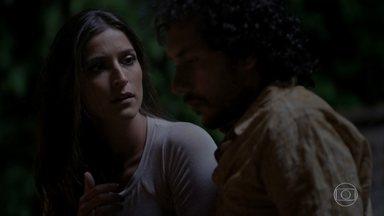 Lino evita o beijo de Carol - Ela fica desapontada com a atitude do rapaz