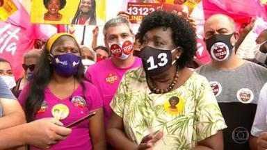 Benedita da Silva (PT) faz campanha no Méier - A candidata do PT caminhou com apoiadores e discursou para eleitores.