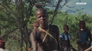 """As Tribos do Vale do Omo - Mila parte para um dos seus momentos mais aguardados: entrar na região do Vale do Omo, onde vive grande parte das tribos da Etiópia.Ela visita o Mercado da tribo Hamer, seguindo a um ritual chamado """"Bull jumping""""."""