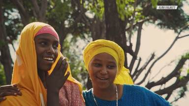 """A Colorida Cidade de Harar - Milla pega estrada com destino a Harar, ao leste da Etiópia, """"a 4ª cidade sagrada do islamismo"""" e patrimônio mundial da humanidade. Milla é tocada pelas cores e pelas ruas estreitas no interior da grande muralha."""