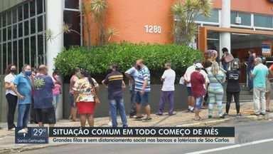 Bancos e lotéricas registram grandes filas e falta de distanciamento social em São Carlos - Situação é comum todo início de mês.