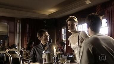 Edu e Sérgio bebem no bar de um hotel - Camila fica sabendo por Alma e vai encontrar Edu, que fica surpreso