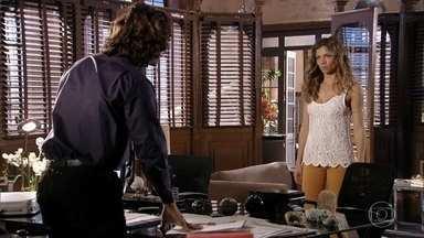 Após a saída de Cassiano, Alberto lembra de briga com Ester - O empresário observa o anel que foi de sua avó
