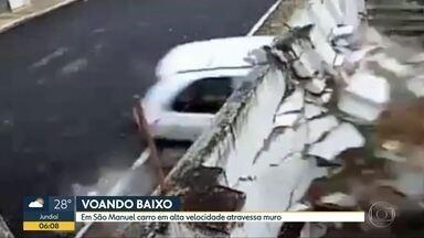 Carro em alta velocidade atravessa muro em São Manuel - Apesar da imagem impressionante, motorista e passageiro tiveram ferimentos leves.