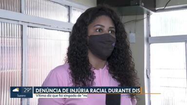 """Mulher diz que foi xingada de """"macaca"""" durante discussão sobre vaga para estacionar o carro em rua na Vila Rica - Essa é mais uma denúncia de injúria racial que a gente mostra aqui no SP1."""