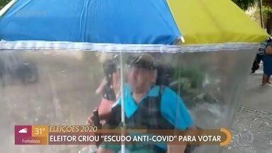 Eleitores vencem dificuldades para registrar voto - Eleitor criou ´escudo anti-covid´para votar