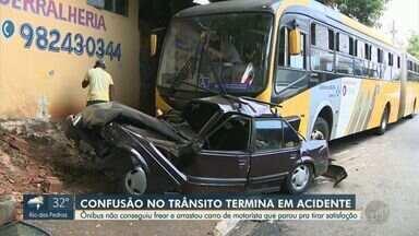 Discussão no trânsito termina em acidente entre ônibus e carro em Sumaré - Colisão ocorreu no bairro Matão e o carro foi arrastado. Ninguém se feriu.