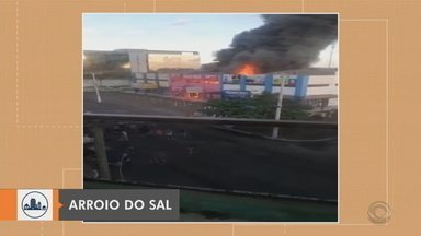Incêndio atinge loja em Arroio do Sal - Fogo atingiu a loja nessa manhã, no centro da cidade. Não houve feridos, mas o estabelecimento teve perda total. Lojas ao lado foram isoladas pois há risco nas estruturas.