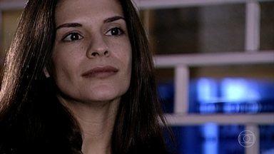 Cíntia disfarça quando Íris elogia Pedro - A irmã de Helena sai com a veterinária e Alex