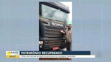 Vítima de cárcere privado se emociona ao recuperar caminhão - Vítima de cárcere privado se emociona ao recuperar caminhão