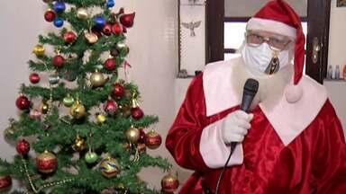 """Papai Noel precisa se adaptar para atender as crianças na pandemia - Para as crianças, novembro é como um """"esquenta"""" para a data mais esperada do ano, mas desta vez este período terá que ser diferente."""