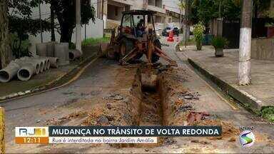 Rua do bairro Jardim Amália I, em Volta Redonda, é interditada para obras de manutenção - Trecho da Rua Almirante Barroso começou a ceder por conta do afundamento das manilhas. Trânsito foi desviado para ruas da parte de cima do bairro.