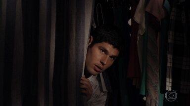 Isabel e Amadeu enganam Ciro e Rodrigo - Rodrigo suspeita de que o amigo esteja com a tenente, mas não conseguem dar o flagra no casal