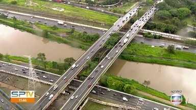 Quinta-feira com temperaturas amenas e tempo nublado na capital - Trânsito na Ponte Jaguaré, no sentido Lapa, era intenso perto do meio-dia.