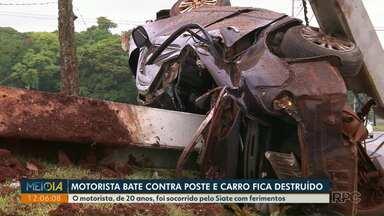 Motorista bate contra poste e carro fica destruído - O jovem, de 20 anos, foi socorrido pelo Siate com ferimentos.