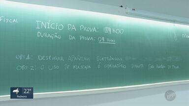 Em meio à pandemia, faculdades particulares criam processos seletivos virtuais - A Universidade de Campinas (Unicamp) realizará o vestibular dividindo os candidatos em dois dias, para diminuir a concentração de pessoas.