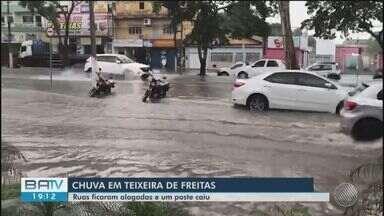 Ruas ficam alagadas e poste cai após fortes chuvas em Teixeira de Freitas - Alagamento ocorreu nesta quinta-feira, chuva durou cerca de 20 minutos.