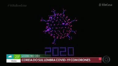 Drones lembram Covid-19 na Coreia do Sul - 400 drones iluminaram os céus de Seul. Um espetáculo digno de réveillon. E foi por uma causa nobre: ilustrar a crise provocada pela Covid-19. Os drones criaram de forma coordenada, com luzes, o formato do vírus.