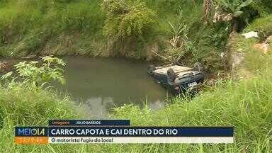 Motorista foge após capotar carro e parar dentro de rio - Situação foi no bairro Umbará; veículo precisou ser guinchado.