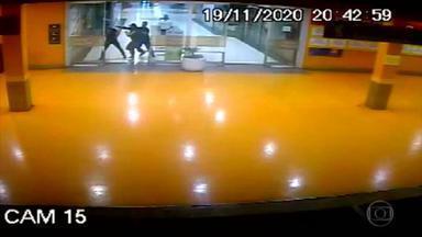 Novas imagens mostram início da confusão que acabou no assassinato brutal de João Alberto - O cidadão negro foi espancado por seguranças brancos no estacionamento do supermercado Carrefour, em Porto Alegre. O corpo de João Alberto Silveira Freitas foi enterrado neste sábado (21).