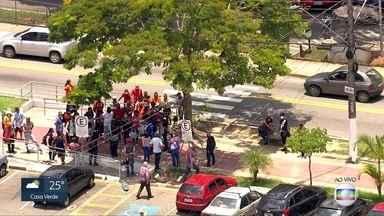 Funcionários terceirizados protestam em Itapecerica da Serra - Grupo se concentrou em frente à prefeitura da cidade para protestar contra demissões.
