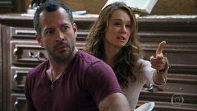 Tancinha e Apolo causam confusão dentro da igreja - A feirante sente ciúme do noivo ao saber que Adriana comprou roupas novas para ele