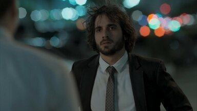 Ruy flagra Eugênio deixando apartamento de Irene - O rapaz confronta o pai na calçada