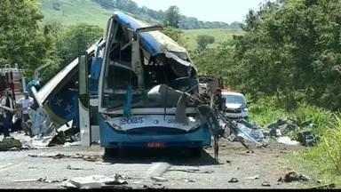 Acidente envolvendo ônibus e caminhão provoca tragédia no interior de São Paulo - Segundo a Defesa Civil, 40 das 49 pessoas que estavam no ônibus morreram. O motorista do caminhão também não resistiu.